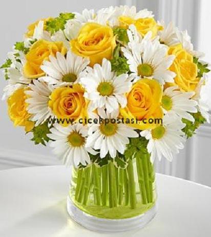 Sarı güller ve kırçiçeklerinden hazırlanmış aranjman