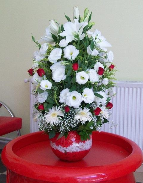 Kırmızı güller ve beyaz çiçeklerden hazırlanmış özel aranjman