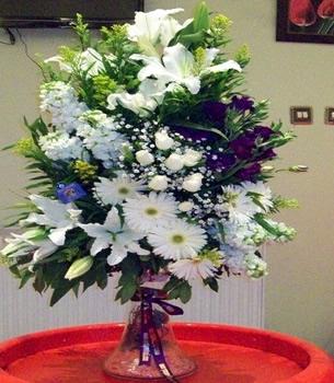 Beyaz lilyumlar güller ve mevsim çiçekleri ile hazırlanmış özel tasarım