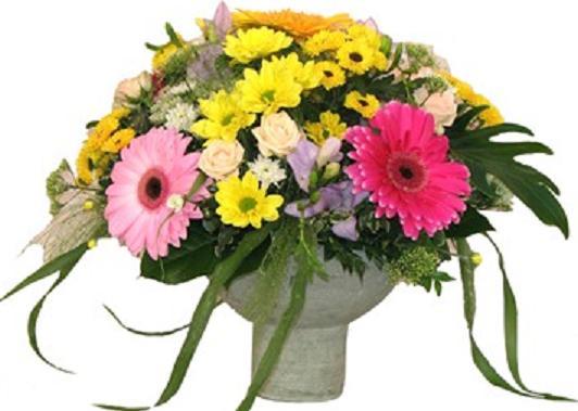 Karışık mevsim çiçeklerinden hazırlanmış aranjman