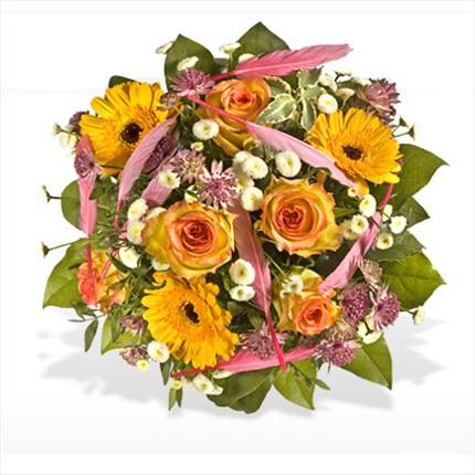 Cerbera ve güllerden hazırlanmış mevsim buketi