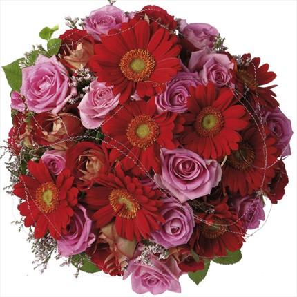 Pembe güller ve mevsim çiçeklerinden hazırlanmış buket