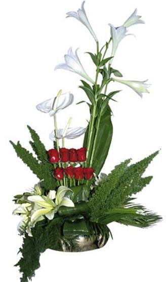 Lilyum,gül ve özel bitkilerle dekore edilmiş aranjman
