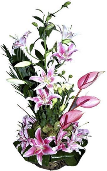 Pembe mevsim çiçeklerinden aranjman