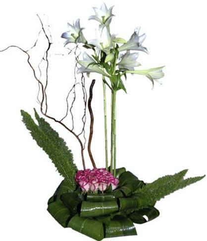 Pembe güller ve lilyumlarla hazırlanmış aranjman