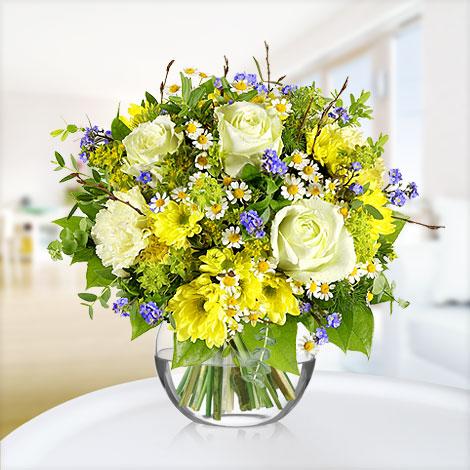 Akvaryum vazoda beyaz gül ve mavsim çiçekleri ile hazırlanmış butik tasarım