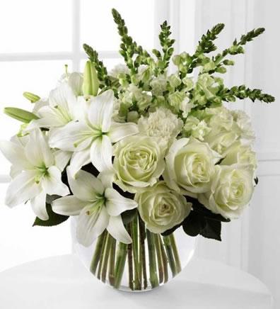 Cam vazoda beyaz mevsim çiçeklerinden hazırlanmış butik tasarım /ürünler : 1 adet akvaryum cam 5 adet gül 5 adet lilyum 5 adet şebboy