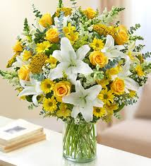 Sarı gül beyaz lilyum ve mevsim çiçeklerinden hazırlanmış aranjman