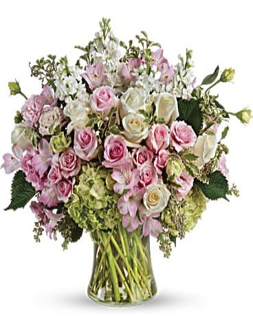 Cam vazoda renkli ürünler ile şık tasarım /11 adet pembe gül 11 adet beyaz gül lisyantuz şebboy ve mevsim çiçekleri ile tasarlanmış cam vazo aranjman