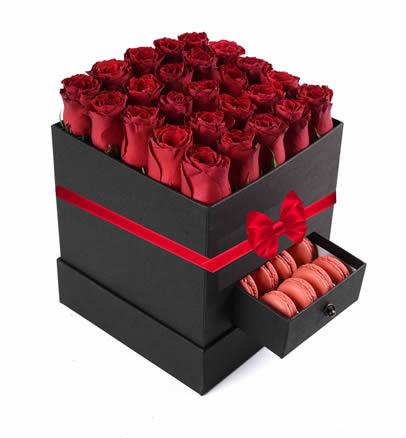 Kırmızı güller seramoni /Kare siyah kutu içerisine 25 adet kırmızı güllerden hazırlanmış özel consept aranjman