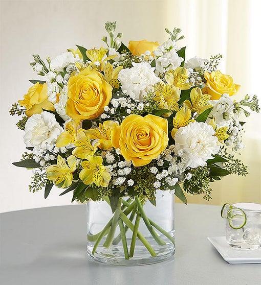 Vazoda sarı güller ve mevsim çiçekleri/ürünler :5 adet sarı gül 5 adet beyaz karanfil  beyaz şebboy ve sarı mevsim çiçekleri
