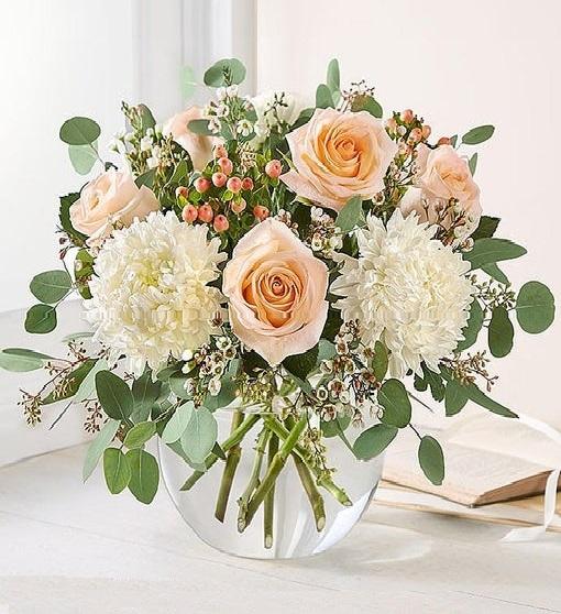 Vazoda somon güller ve mevsim çiçekleri/ürünler :5 adet somon gül ve beyaz mevsim çiçekleri aranjman