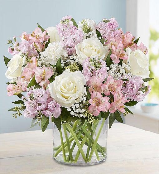 Vazoda beyaz güller ve mevsim çiçekleri/ürünler :5 adet beyaz gül pembe mevsim çiçekleri aranjman