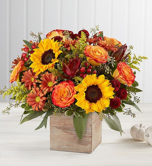 Ahşap saksıda Sonbahar renkleri /3 Adet ay çiçeği 6 adet sonbahar gülü hiperi kum ve mevsim ürünlerinden hazırlanmış dekortif aranjman