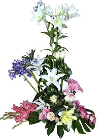 Mevsim çiçeklerinden hazırlanmış aranjman