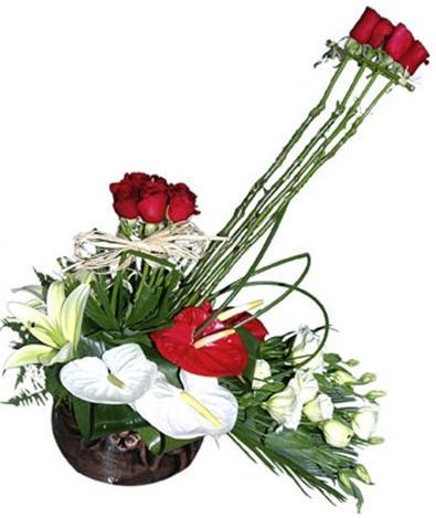 Antorihum ve güllerle hazırlanmış aranjman