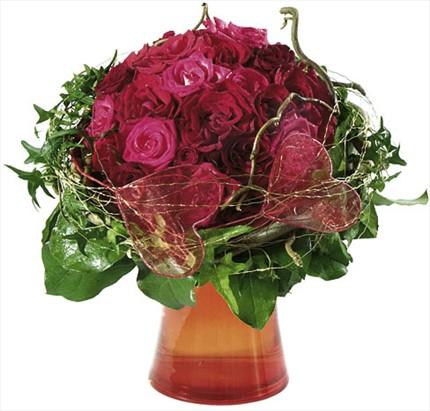 Kırmızı güllerle hazırlanmış özel tasarım