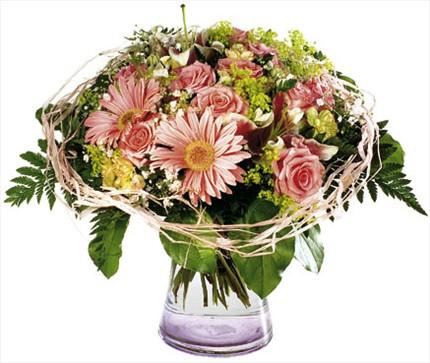 Pembe mevsim çiçeklerinden hazırlanmış aranjman