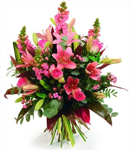Pembe lilyum pembe güller ve mevsim çiçeklerinden hazırlanmış buket