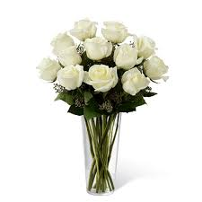 12 adet beyaz güllerden hazırlanmış cam vazo aranjman