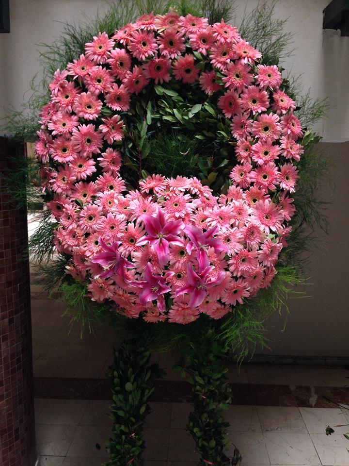 Pembe mevsim çiçeklerinden hazırlanmış cenaze çelengi çelenk