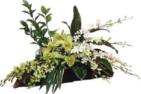 Orkide ve mevsim çiçeklerinden hazırlanmış aranjman