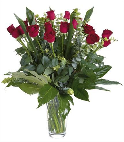 15 adet kırmızı güllerden hazırlanmış aranjman