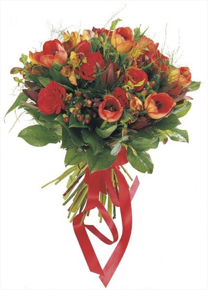 Kırmızı çiçeklerden yuvarlak buket