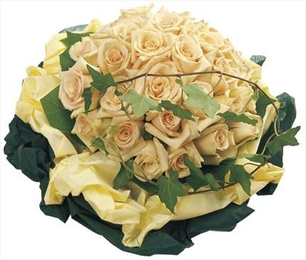 Beyaz güllerden hazırlanmış buket