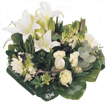 Beyaz çiçeklerden, trendy, asimetrik buket