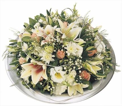 Renkli karışık çiçeklerden modern bir aranjman