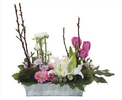 Renkli karışık çiçeklerden aranjman