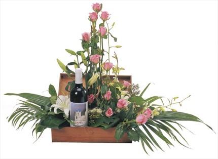 Mevsim çiçekleri ve şarapla hazırlanmış sepet aranjman