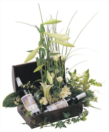 Mevsim çiçekleri ve 2 adet şarapla hazırlanmış sepet aranjman