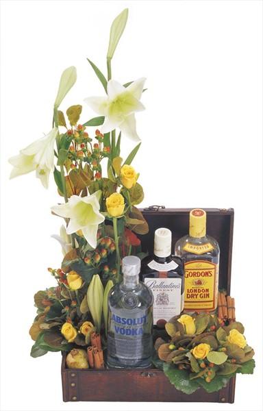 Mevsim çiçekleri ve içeceklerle hazırlanmış özel aranjman