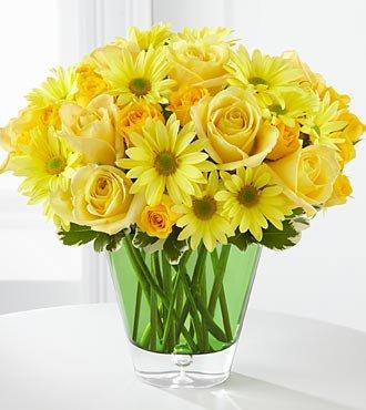 Cam vazoda sarı güller ve kır çiçekleri