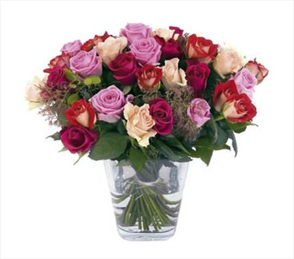 Renkli güllerle hazırlanmış camvazo aranjman