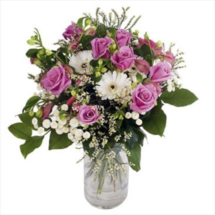 Pembe güller&beyaz mevsim çiçeklerinden hazırlanmış arajman
