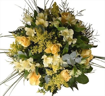 Gerbera, Santini, Celosia, krem güller, yapraklar ve karışık yeşilliklerle hazırlanmış buket