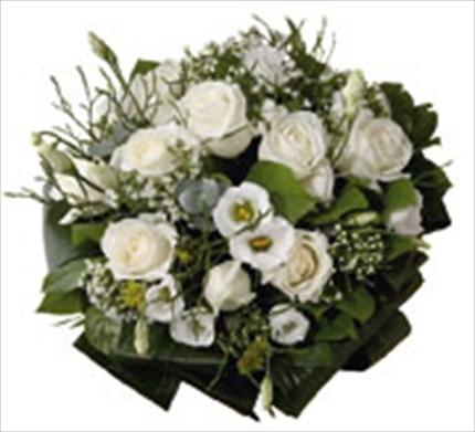 Beyaz güller ve mevsim çiçeklerinden hazırlanmış buket