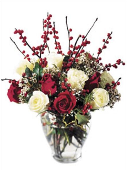 Kırmızı ve beyaz güllerle hazırlanmış şık aranjman