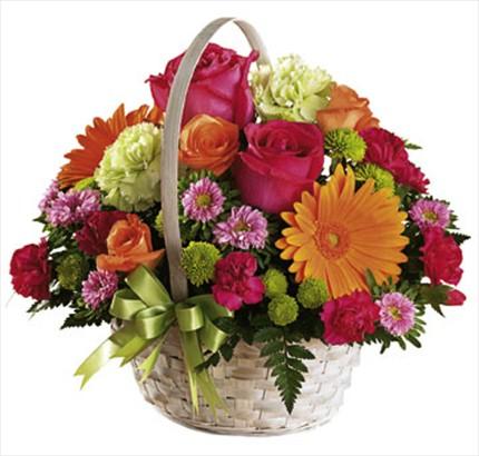 Sepet içerisine hazırlanmış pembe güller ve mevsim çiçeklerinden aranjman