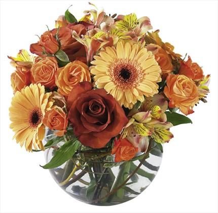 Camvazo içerisine mevsim çiçeklerinden hazırlanmış aranjman