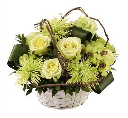 Sepet içerisine beyaz güllerden hazırlanmış  özel aranjman