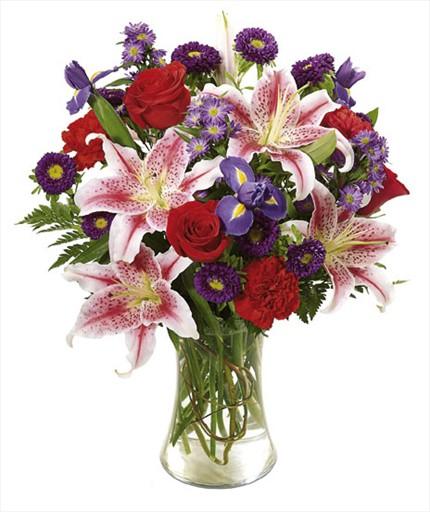 Lilyum gül ve mevsim çiçeklerinden hazırlanmış cam vazo aranjman