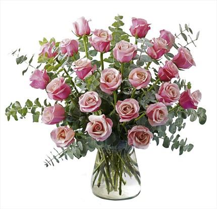 Cam vazo içerisine pembe güllerden hazırlanmış aranjmanı