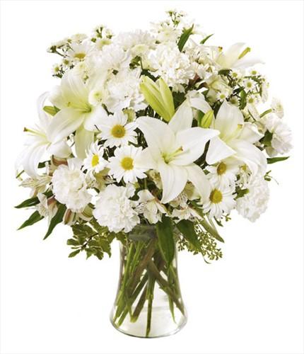 Cam vazo içerisine beyaz mevsim çiçeklerinden hazırlanmış aranjman