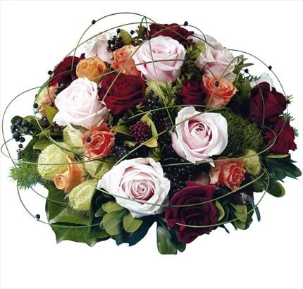 Renkli güllerden hazırlanmış şık aranjman