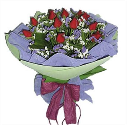 Kırmızı güllerden yuvarlak el buketi