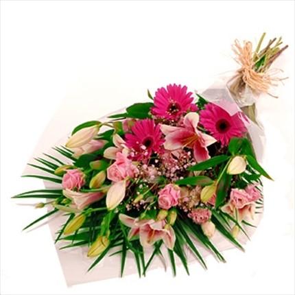 Pembe güller ve lilyumlardan şık buket